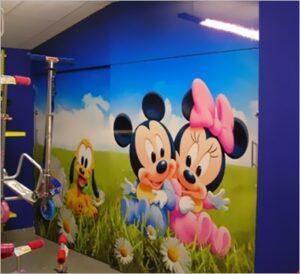Screen Acrílicos y Publicidad adhesivo en una pared